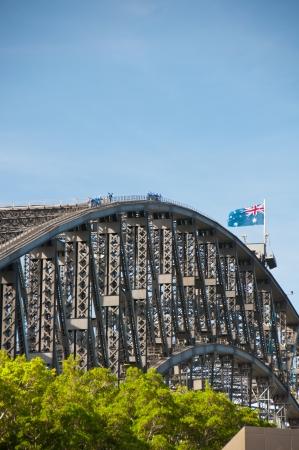 Touristes aventureux escalader le fameux pont pour une vue � vol d'oiseau du port