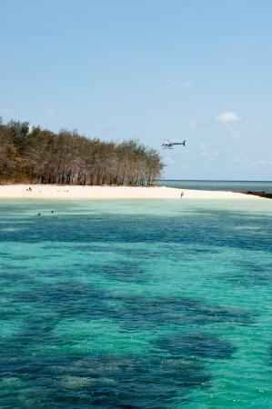 A h�licopt�re atterrit sur la plage � l'�le Verte, � proximit� de Cairns Banque d'images