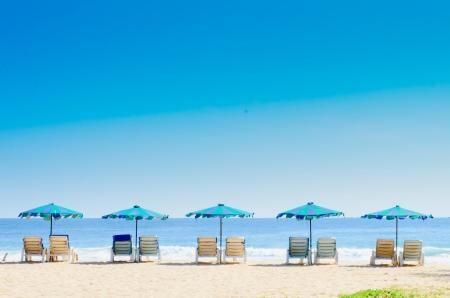 strandstoel: Strandstoelen en met paraplu op het strand