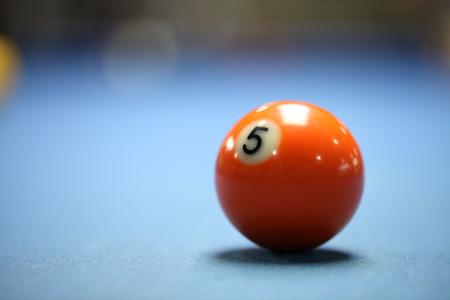 bola de billar: Una bola de piscina de naranja