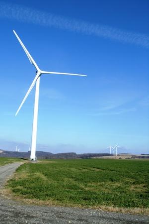 blauwe lucht-windmolens