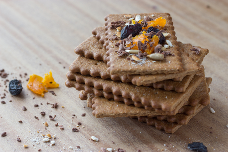 frutas secas: cookies with dry fruits on wooden table