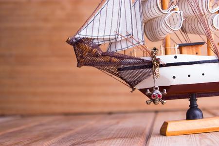 Modello di navi sul tavolo di legno. concetto di viaggio Archivio Fotografico - 79561917