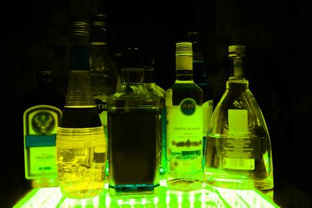 テーブルの上のロシア ・ カザン 25.02.2017: アルコール ボトル