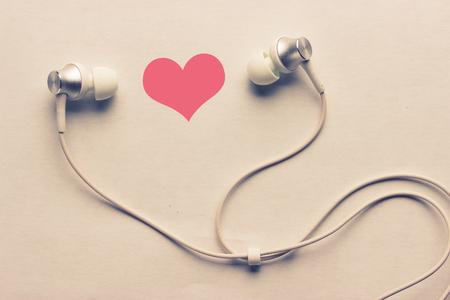 heart and headphones. listen to love songs concept Foto de archivo