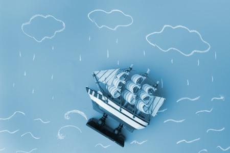 Schiffsmodell in einem Sturm . Risikokonzept Standard-Bild - 91813068