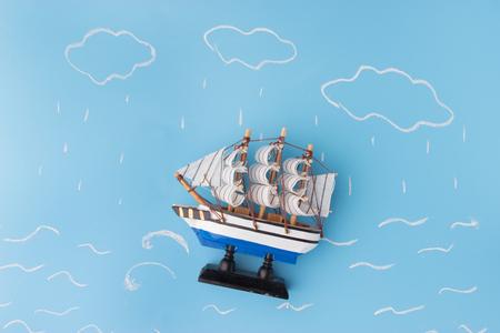 Schiffsmodell in einem Sturm . Risikokonzept Standard-Bild - 91813176