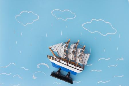 Schiffsmodell in einem Sturm . Risikokonzept Standard-Bild - 91972198