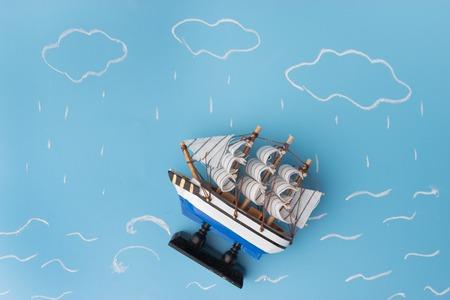 Schiffsmodell in einem Sturm. Gefahrenkonzept Standard-Bild - 91813700