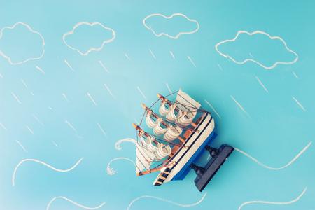 Schiffsmodell in einem Sturm . Risikokonzept Standard-Bild - 91904019