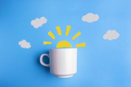 zon en witte kop op blauwe achtergrond. goedemorgen concept