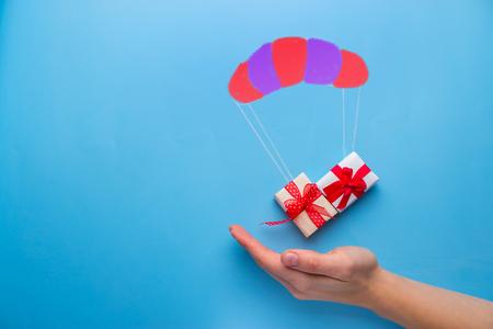 mooie geschenkdoos vallen met parachute Stockfoto