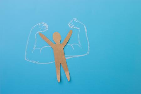homme de papier avec des muscles. concept de confiance en soi