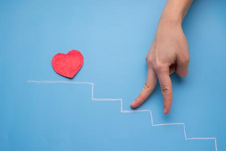 Herz auf der Treppe. Hand die Treppe hoch gehen