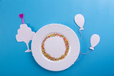 Birthday party background. plate on blue background Imagens - 124803862