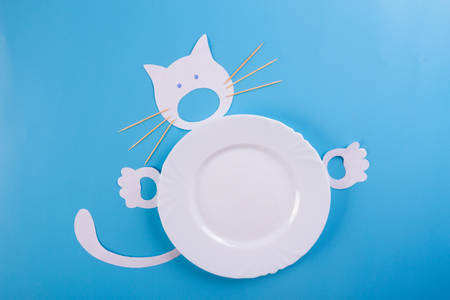 white plate on blue background with funny cat character Standard-Bild - 125702177