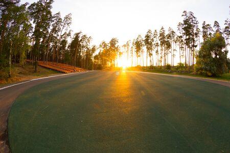 La luz del sol sobre el campo de deportes en un parque Foto de archivo