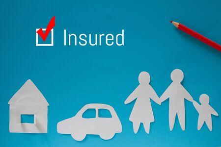 Car insurance concept. Paper car on blue background Foto de archivo - 130618600