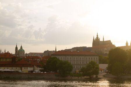 Blick über die Stadt Prag auf den Sonnenuntergang. St. Vita Cafedral