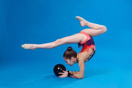Junge kaukasischen Turnerin mit einem Ball Standard-Bild - 79143444