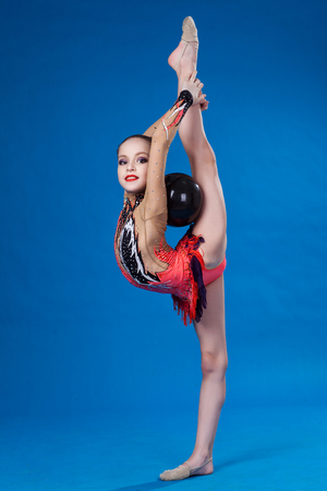 turnanzug: Young caucasian gymnast with a ball