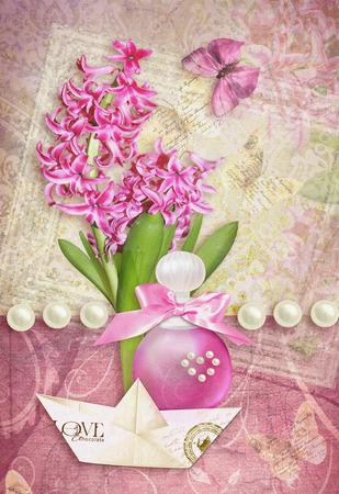 felicitaciones: Postal de la flor. Tarjeta de la enhorabuena con la mariposa, las perlas, el jacinto, botella de perfume y barco de papel. Se puede utilizar como tarjeta de felicitación, la invitación para la boda, cumpleaños y otro día de fiesta sucediendo. Foto de archivo