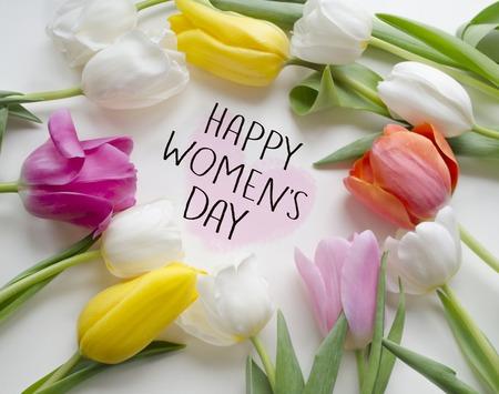 Szczęśliwy dzień kobiet tulipany. 8 marca, kartka z życzeniami z okazji Międzynarodowego Dnia Kobiet.