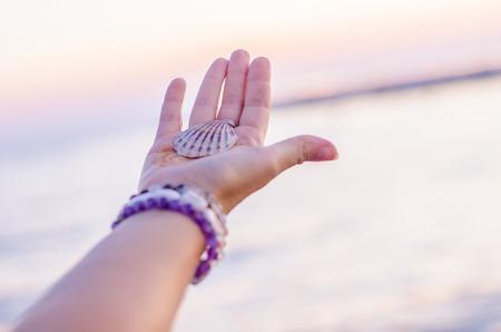 Coquillage à portée de main sur fond de mer, Détente, calme et agréable mention de la mer.