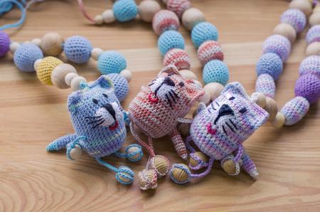 Gestrickte rosa gestreifte handgefertigte Katze. Kinderspielzeug. Häkelanleitung. Handwerkliche Herstellung.