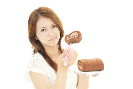 Asiatische Frau Kuchen essen Standard-Bild