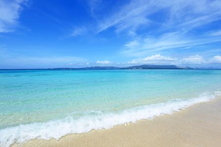 コバルト ブルーの海と青い空