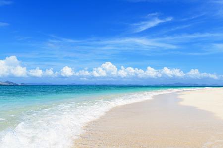De kobalt blauwe zee en de blauwe hemel Stockfoto