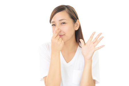 nariz: Mujer pellizca la nariz Foto de archivo