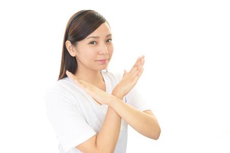 interdiction: Femme montre le signe de l'interdiction