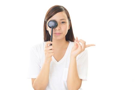 女性は、目の試験を受ける