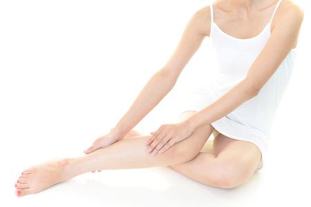salon beauty: Mujer que cuida de sus piernas Foto de archivo