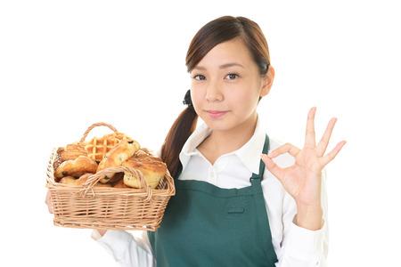 comiendo pan: Sonriendo con los panes mujer Foto de archivo