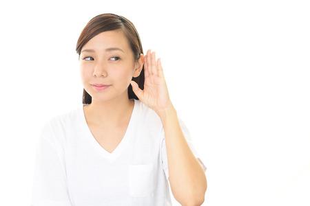 女性が注意深く耳を傾ける 写真素材