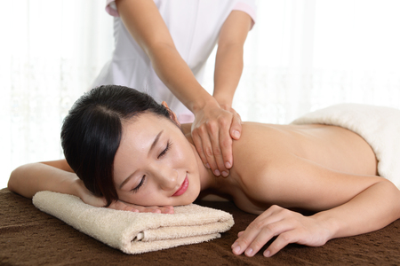 massieren: Frau, die eine Ganzk�rpermassage