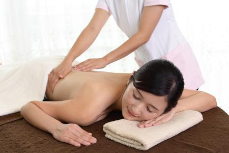 masaje corporal: Woman getting a body massage