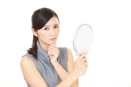 Frau mit der Hautpflege unzufrieden