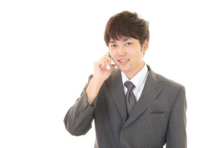 通信: Man who is talking on a smart phone