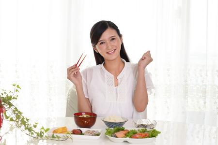 Frau, die japanische Küche genießt Standard-Bild