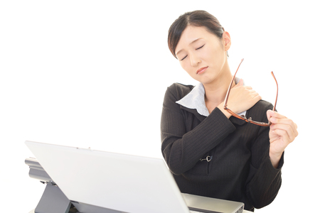Die weibliche Büroangestellte, die eine steife Schulter hat Standard-Bild
