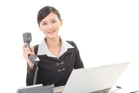 通信: Business woman with a phone