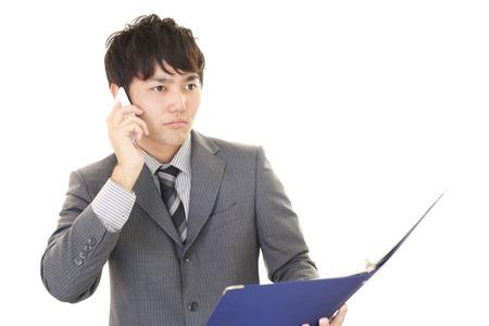 通信: スマート フォンで話している人