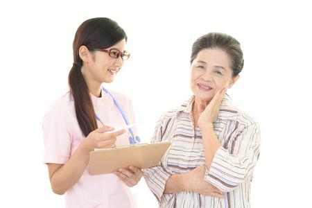 nurses: Una enfermera amable cuida de una anciana