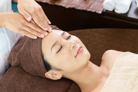 Frau, die eine Gesichtsmassage Standard-Bild