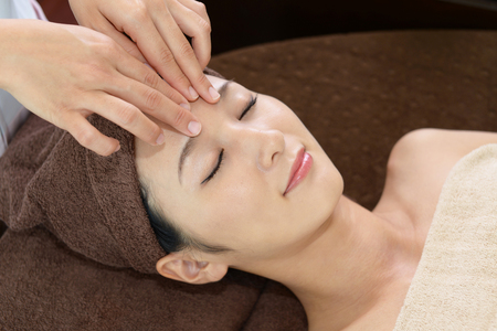 Vrouw krijgt een gezicht massage