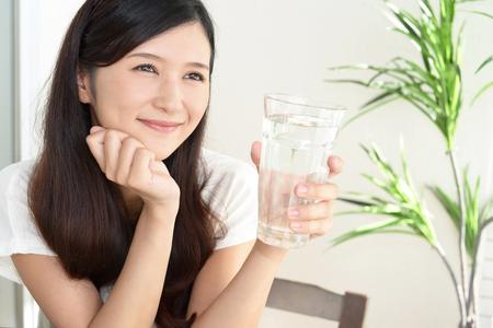 Vrouw drinken van een glas water